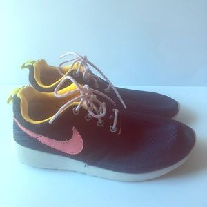 EUC Nike Roshe Run youth woman's sneakers size 5Y